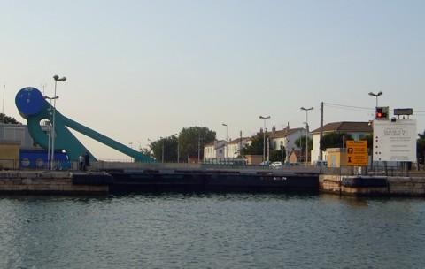 Hubbrücke und Schleuse Port St-Louis du Rhone