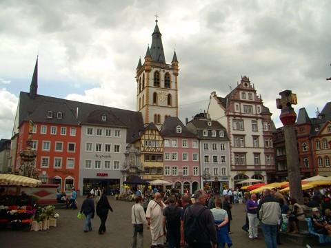 Trier - Hauptmarkt - Marktkreuz und Marktkirche St. Gangolf