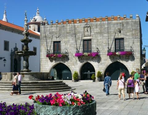 Viana do Castelo - altes Rathaus und Praca da Republica Brunnen