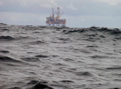 Bohrinsel Nordsee u Dünung