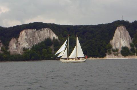 Stubbenkammer mit älterem Segelschiff